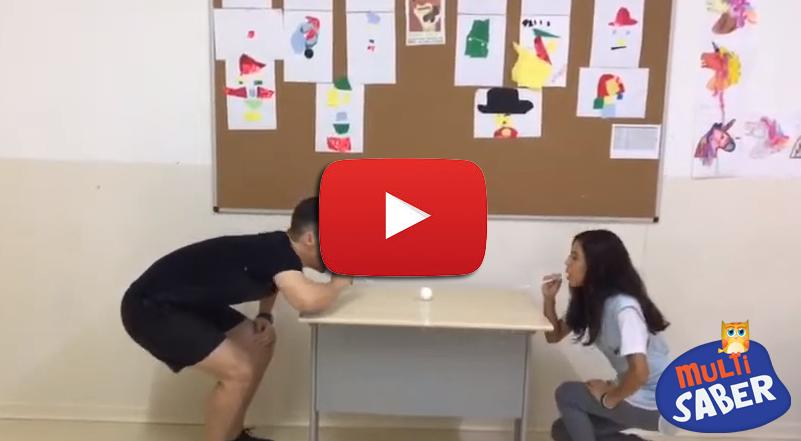 O professor Geovanni ensina mais uma atividade divertida de sopro, contribuindo para o desenvolvimento da fala.